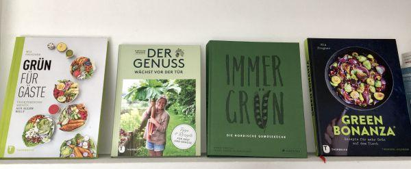 Vier Kochbücher im Regal