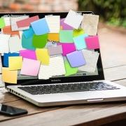 Bild eines Laptops, der mit Postits zugeklebt ist
