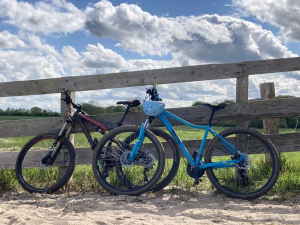 Fahrräder an einen Zaun gelehnt